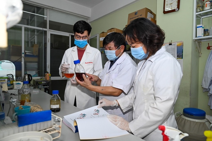Các nhà khoa học Viện Công nghệ Sinh học, Viện Hàn lâm KH&CN Việt Nam điều chế thành công thuốc điều trị Covid-19 có nguồn gốc từ dược liệu Việt Nam. Ảnh: Viện Hàn lâm Khoa học và Công nghệ Việt Nam cung cấp.